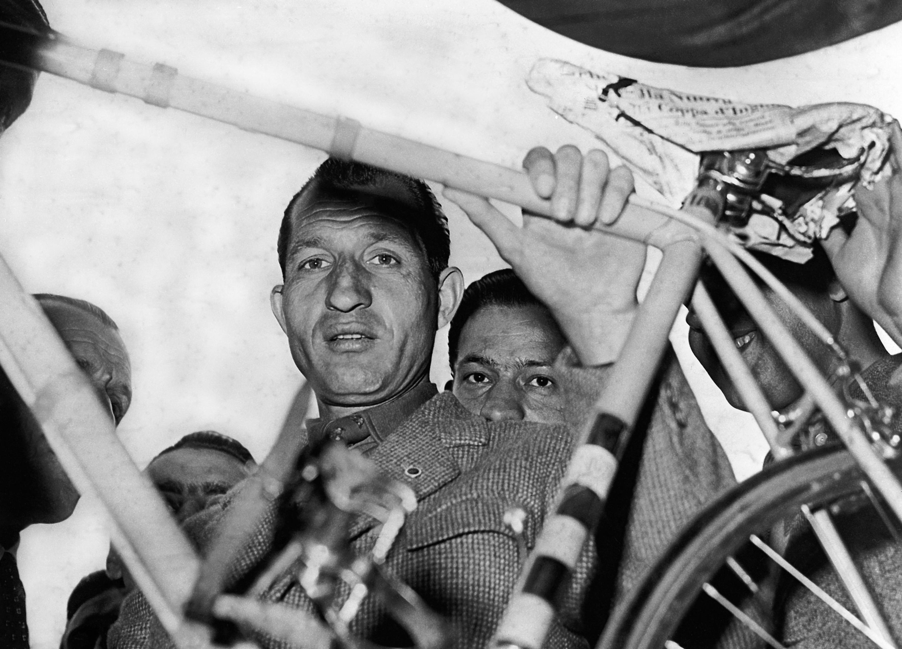 © LaPresse<br /> Marzo 1952<br /> Archivio Storico<br /> Gino Bartali<br /> Nella foto: GINO BARTALI alla punzonatura della Milano-Sanremo<br /> Neg. 28584